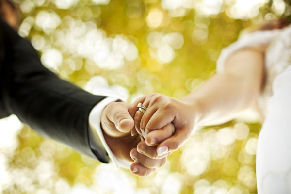 Ο Γάμος Στα Γρεβενά Που Έγινε Viral - Με Φορτηγό Στην Εκκλησία (Βίντεο)