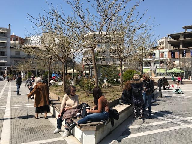 Μια  ανοιξιάτικη μέρα  στην πλατεία Δημαρχείου