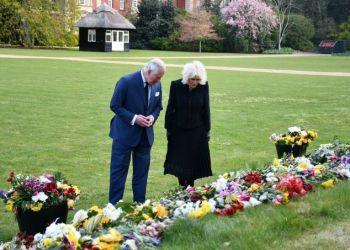 Εβαλαν Τα Κλάματα Κάρολος Και Καμίλα Βλέποντας Τη «Θάλασσα» Από Λουλούδια Για Τον Πρίγκιπα Φίλιππο