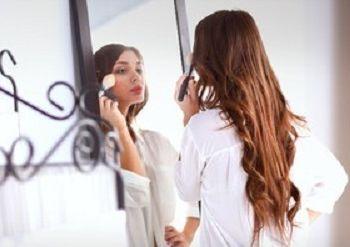Οι αλλαγές που πρέπει να κάνετε στο μακιγιάζ σας για να δείχνετε νεότερες