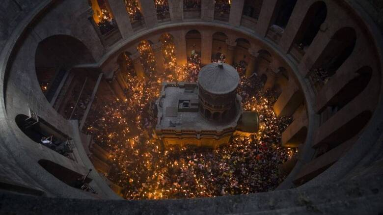 Ανάσταση: Χριστός Ανέστη Ακούστηκε Στις Εκκλησίες Σε Όλη Την Ελλάδα