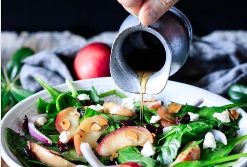 Πανεύκολη και υγιεινή σαλάτα με σπανάκι και μήλο