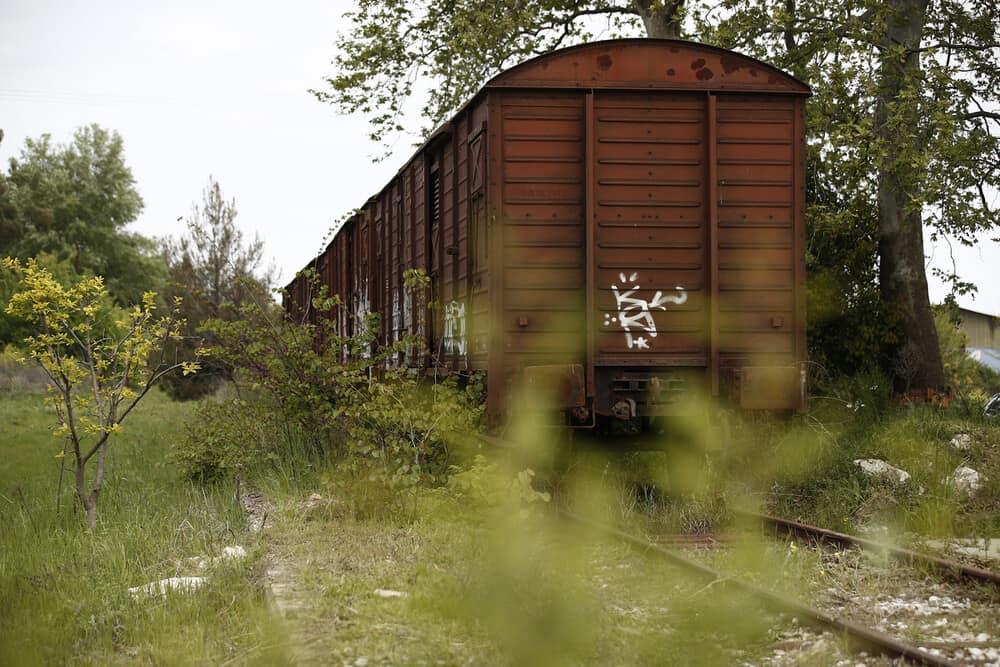 Πιερία: Ξεχασμένος σιδηροδρομικός σταθμός και 7 βαγόνια μετατρέπονται σε οικολογική τουριστική μονάδα (video + εικόνες)