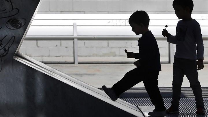 Τα Παιδιά Διασπείρουν Πολύ Λιγότερα Αερολύματα Κορονοϊού