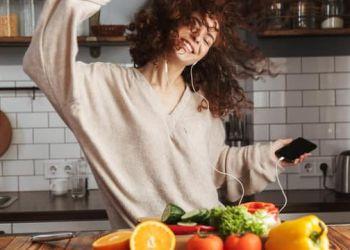 Η μουσική που επηρεάζει αρνητικά τις διατροφικές μας συνήθειες