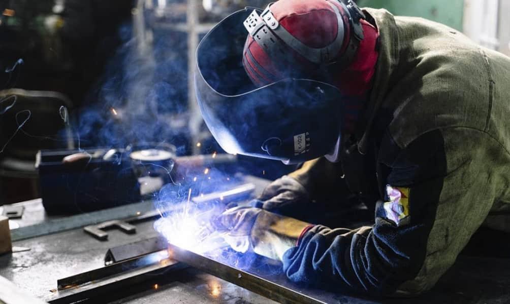 Από την εξαρτημένη εργασία, στον εξαρτημένο εργαζόμενο;