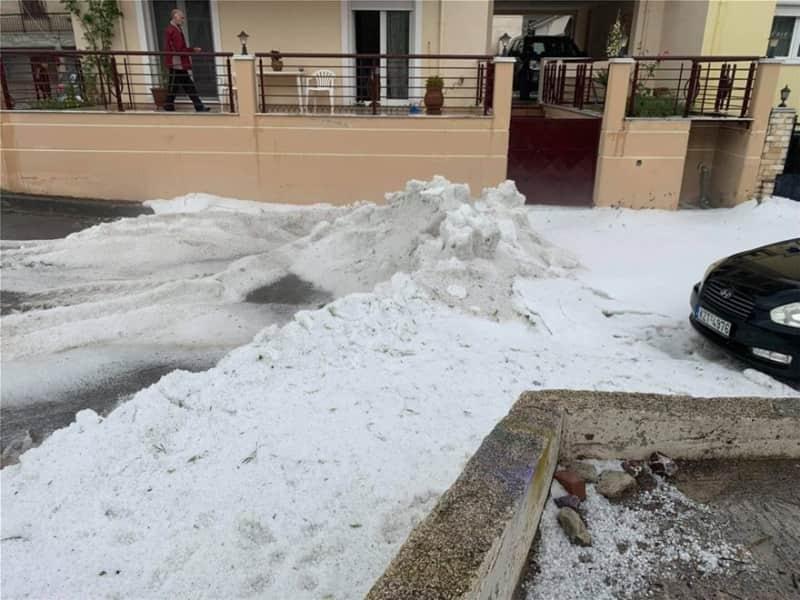 Κοζάνη: Απομακρύνουν με σκαπτικά το χαλάζι από τους δρόμους