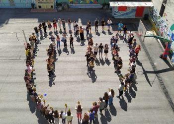 Μια λουλουδιασμένη καρδιά με τη λέξη «Γη» σχημάτισαν μαθητές και μαθήτριες