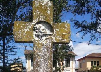 Πέτρινος σταυρός στον σιδηροδρομικό σταθμό στο Πλατύ
