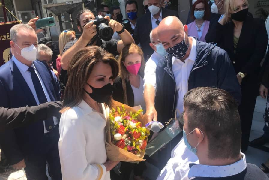 Στην είσοδο του Δημαρχείου, έγινε η υποδοχή της κας Αγγελοπούλου