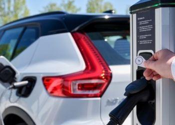 Σύντομα και φόρτιση ηλεκτρικών αυτοκινήτων «εν κινήσει»