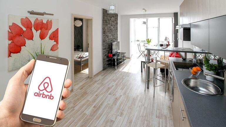«Βουλιάζουν» από κρατήσεις τα Airbnb