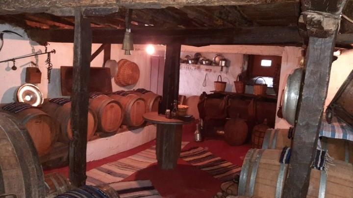 Το ηλιαστό κρασί της Σιάτιστας, ο θρυλικός Χο Τσι Μινχ και το «κελάρι του ταπνού»