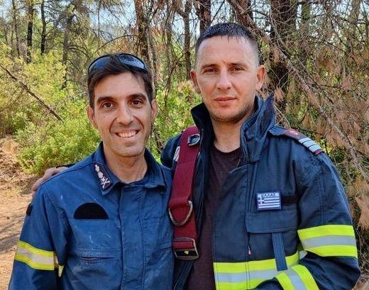 Έλληνας πυροσβέστης έδωσε τη γαλανόλευκη σε ρουμάνο συνάδελφό του