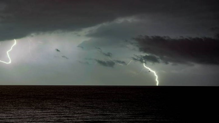 Καιρός: Σταδιακή υποχώρηση τoυ καύσωνα και τοπικές βροχές