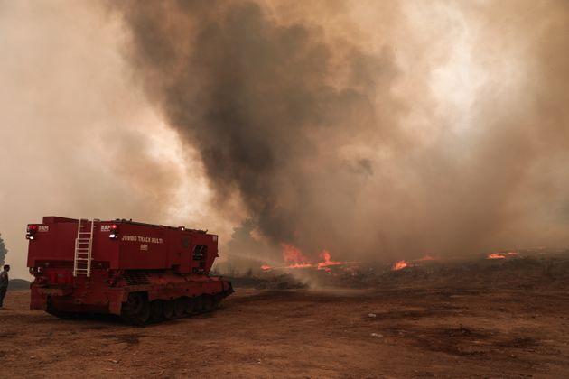 Πύρινα μέτωπα σε 56 περιοχές της χώρας. Εκτός ελέγχου οι φωτιές στην Αττική, εκκενώνονται οικισμοί Αγ. Στεφάνου, Καλέτζι, Λίμνη Μαραθώνα