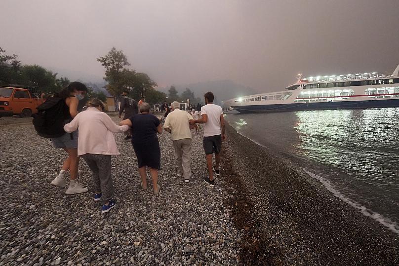 Πύρινος εφιάλτης στην Ελλάδα: Συνεχείς εκκενώσεις οικισμών