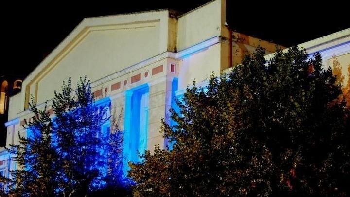 Φωταγωγημένο για τρεις ημέρες το δημαρχείο Γρεβενών για τον «χρυσό» Τεντόγλου