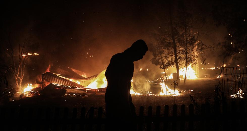 Φωτιές στην Αττική – Συνεχείς αναζωπυρώσεις και ολονύχτια μάχη σε τρία μέτωπα