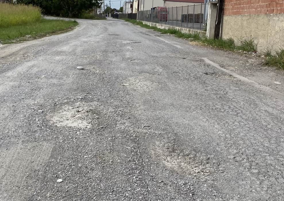 Βομβαρδισμένο τοπίο θυμίζει ο παράλληλος δρόμος της Παλιάς Εθνικής Οδού
