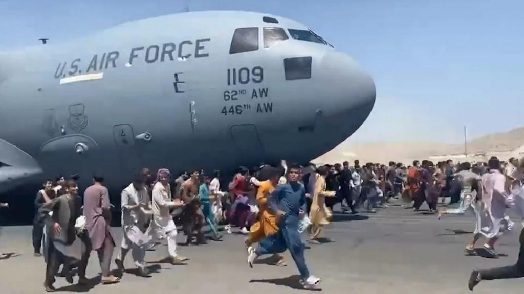 Η ιστορία του 24χρονου από την Καμπούλ που έπεσε στο κενό από το αεροπλάνο