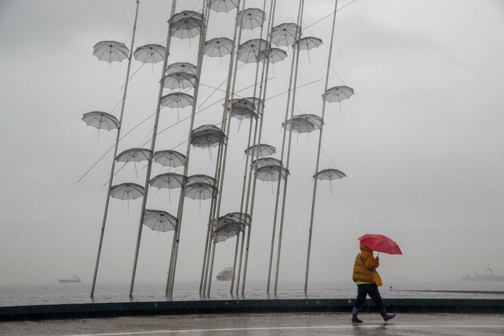 Καιρός σήμερα: Ισχυροί άνεμοι και τοπικές βροχές