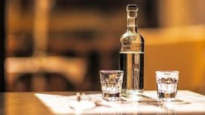 Το αλκοόλ φέρνει τους ξένους πιο κοντά σωματικά