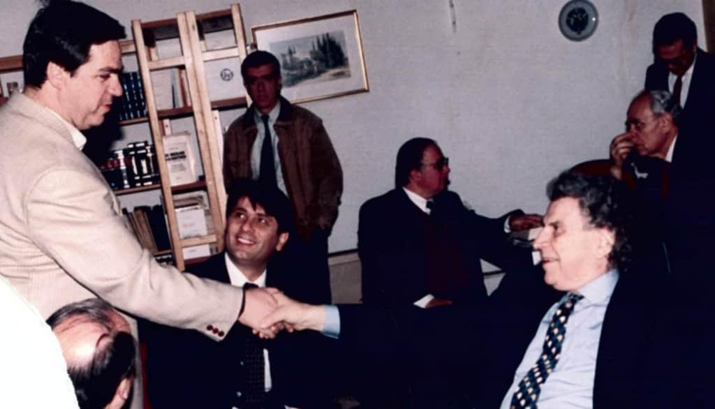 Άξιον Εστί: ο Μίκης Θεοδωράκης το 1965 στο Λιτόχωρο και το 1999 στην Κατερίνη.