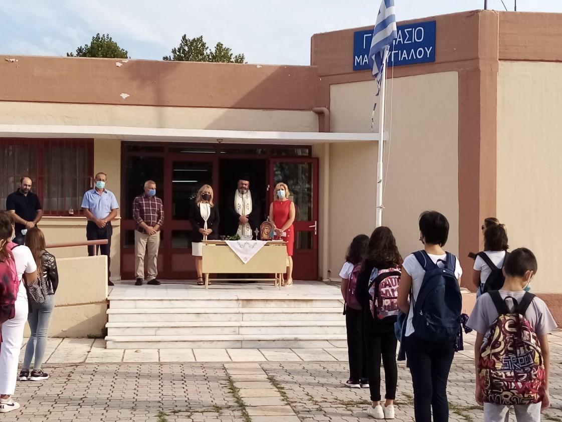 Η βουλευτής Πιερίας κ. Άννα Μάνη Παπαδημητρίου στο Γυμνάσιο Μακρυγιάλου στον καθιερωμένο αγιασμό για τη νέα σχολική χρονιά