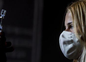 Υποχρεωτικός εμβολιασμός – Πλεύρης: Άρση της αναστολής για υγειονομικούς που εμβολιάζονται