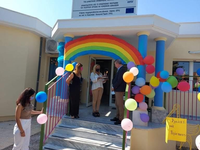 Με μια τούρτα υποδέχθηκαν την ημέρα των εγκαινίων οι δασκάλες και το προσωπικό του Βρεφονηπιακού Σταθμού Περίστασης το Δήμαρχο Κατερίνης