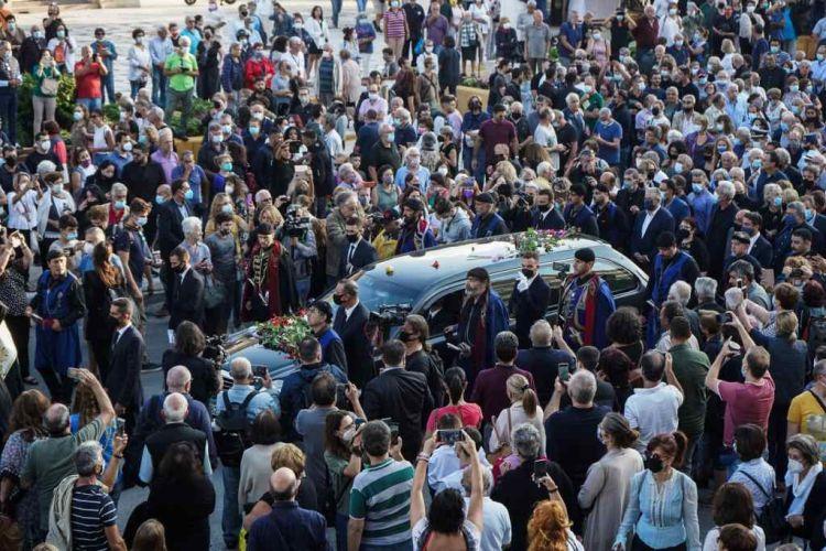 Μίκης Θεοδωράκης – Στιγμές συγκίνησης στην Κρήτη – 96 βρακοφόροι και πλήθος κόσμου για το «τελευταίο αντίο»
