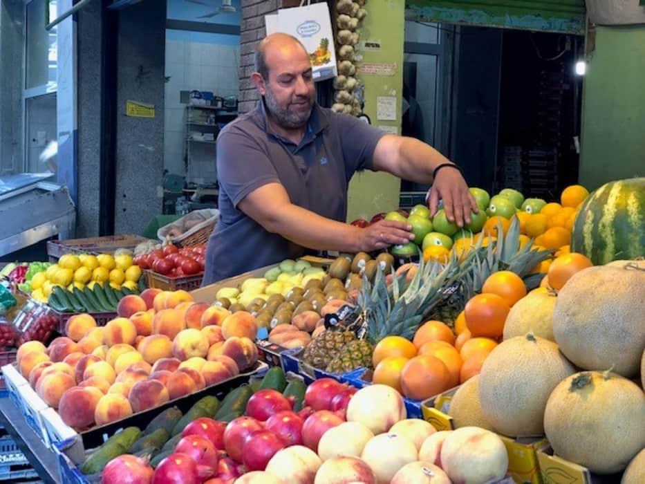 Θεσσαλονικιός μοιράζει φρούτα και λαχανικά σε άπορους