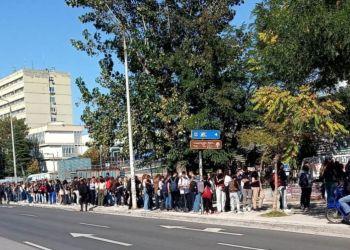 Διαμαρτυρία του Σ.Φ.Φυσικού ΑΠΘ για τις ουρές & την τραγική κατάσταση στη Λέσχη του ΑΠΘ