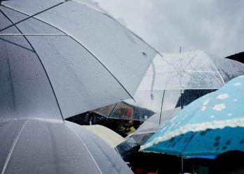 Καιρός σήμερα: Βροχερό σκηνικό κατά τόπους – Μικρή άνοδος της θερμοκρασίας