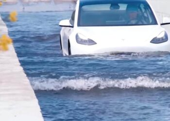Μπορεί ένα ηλεκτρικό αυτοκίνητο να επιβιώσει σε πλημμύρα; (video)