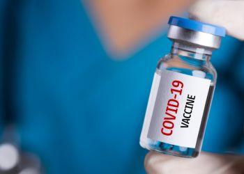 Τρίτη δόση εμβολίου: Ανοίγει η πλατφόρμα για τους άνω των 50 – Ποια νοσήματα θεωρούνται υψηλού κινδύνου